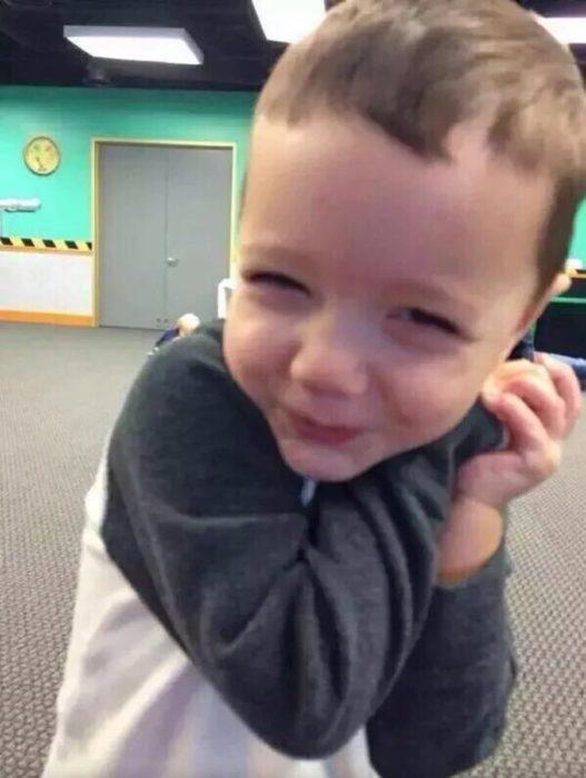 niño rubio feliz