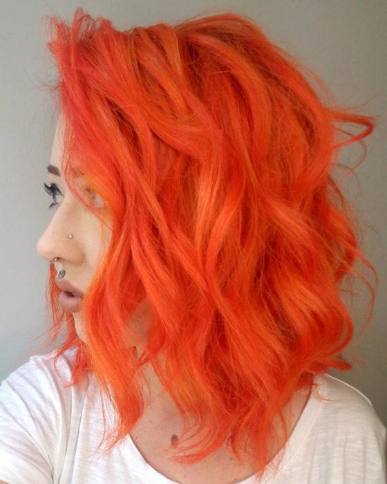 Chica con el cabello en tono durazno neón
