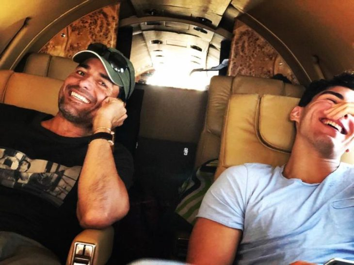 Chayanne sentado junto a su hijo dentro de un avión privado