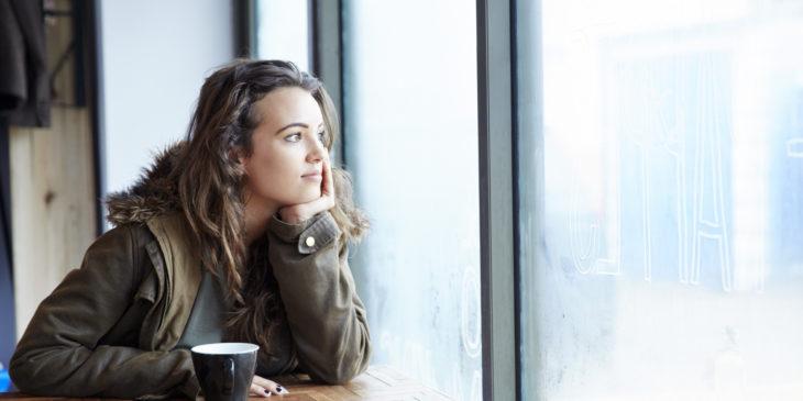 Chica en una ventana pensando