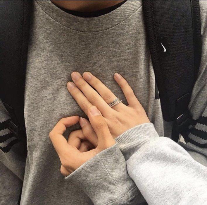 manos de mujer sobre pecho de hombre