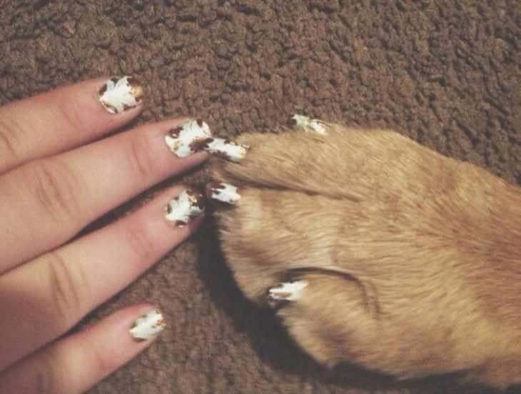 manos con garra de perro y uñas pintadas