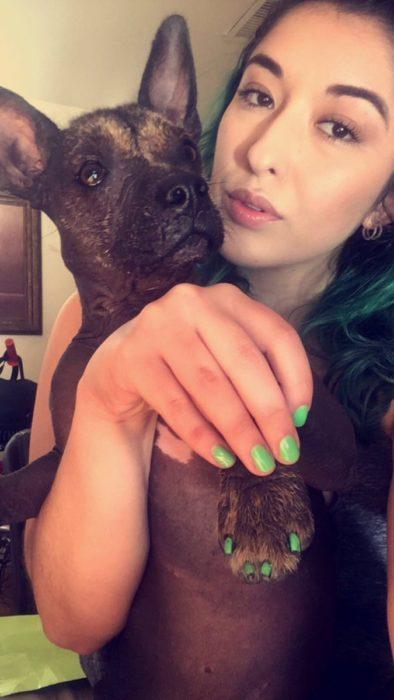 mujer con uñas verdes y perro