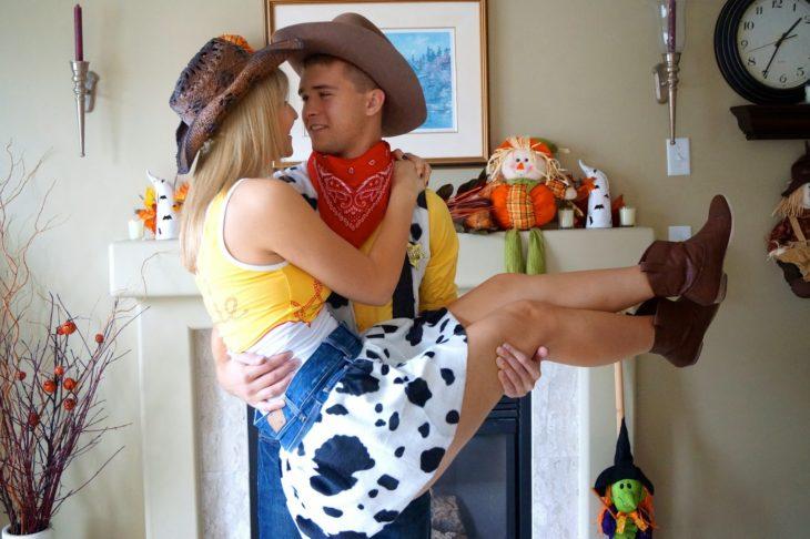 hombre y mujer vestidos de woody toy story