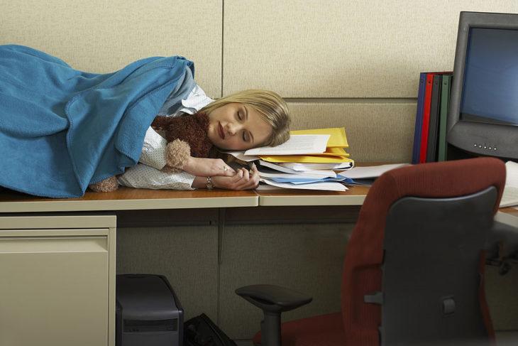 Chica durmiendo en el trabajo