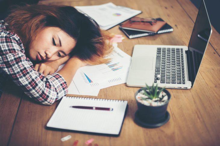 Mujer durmiendo en el trabajo