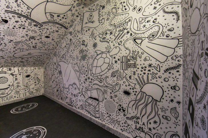 Escuela decorada con graffitis