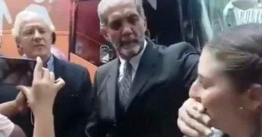 Funcionario mexicano tapa la boca a mujer lo cuestiona; 'no fue agresión, tengo las manos largas'