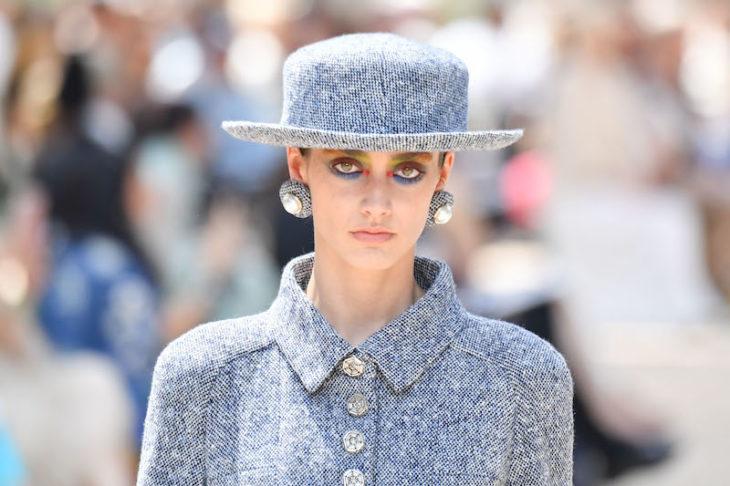 mujer con traje azul y sombrero