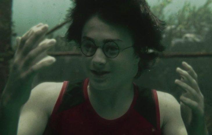 chico con lentes bajo el agua