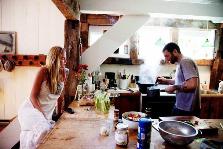 mujer rubia con hombre en la cocina