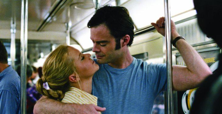 mujer rubia abrazada de hombre