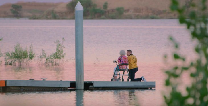 Mcklemore junto a su abuelita en un video