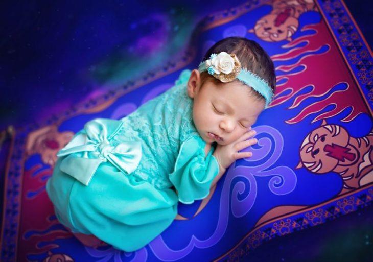 Bebé vestida como una mini princesa de Disney