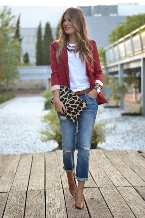 Chica usando jeans