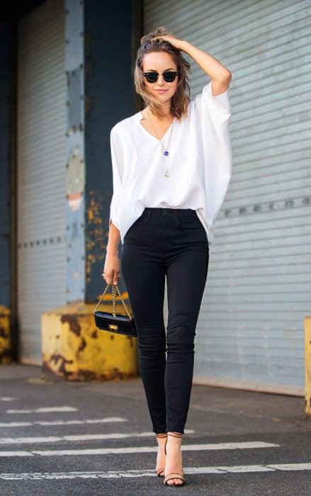 Chica vestida de blanco y negro