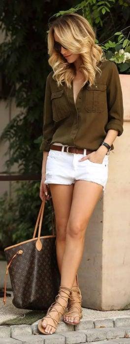 Chica usando shorts blancos y blusa verde