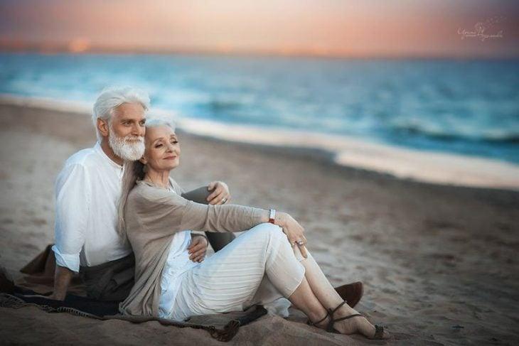 Pareja de ancianos en una sesión de fotos