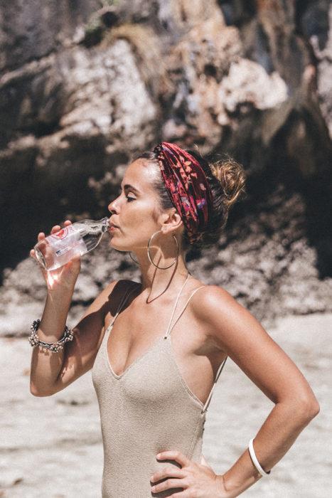 Chica usando una mascada en la playa