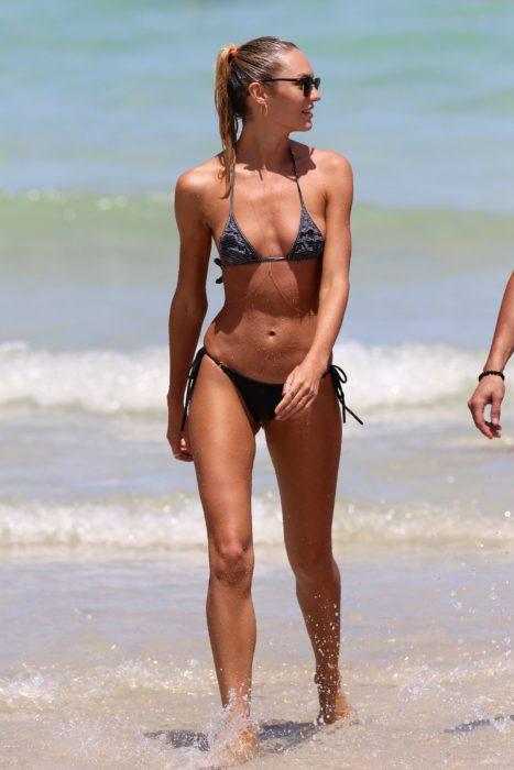 Modelo en la playa