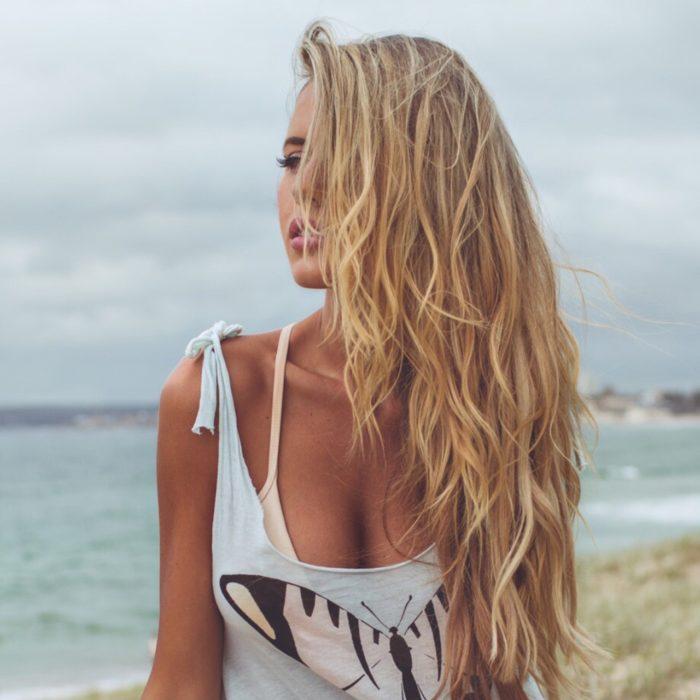 Chica con ondas de mar