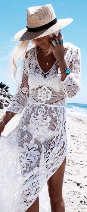 Chica usando un sombrero en la playa