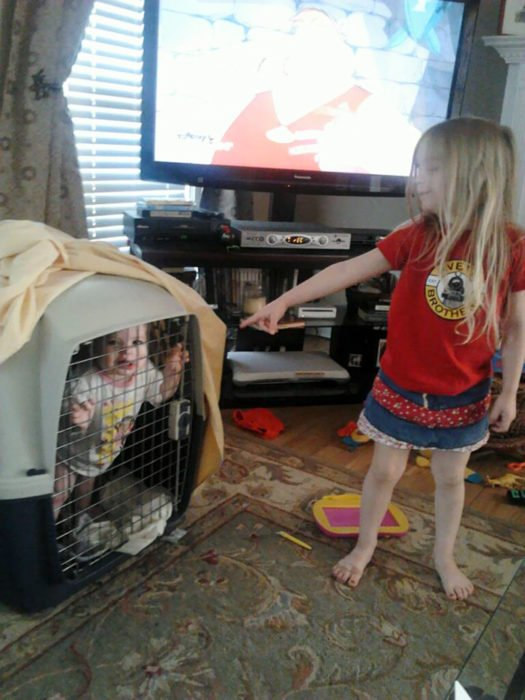 niñas en jaula