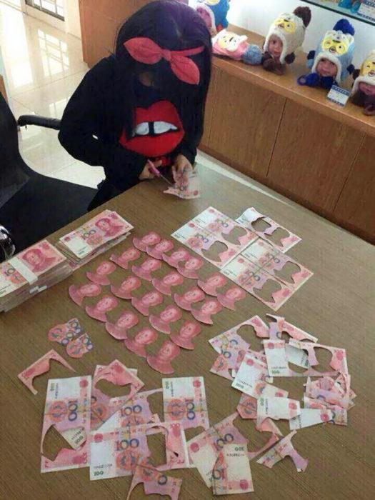 niña cortando billetes