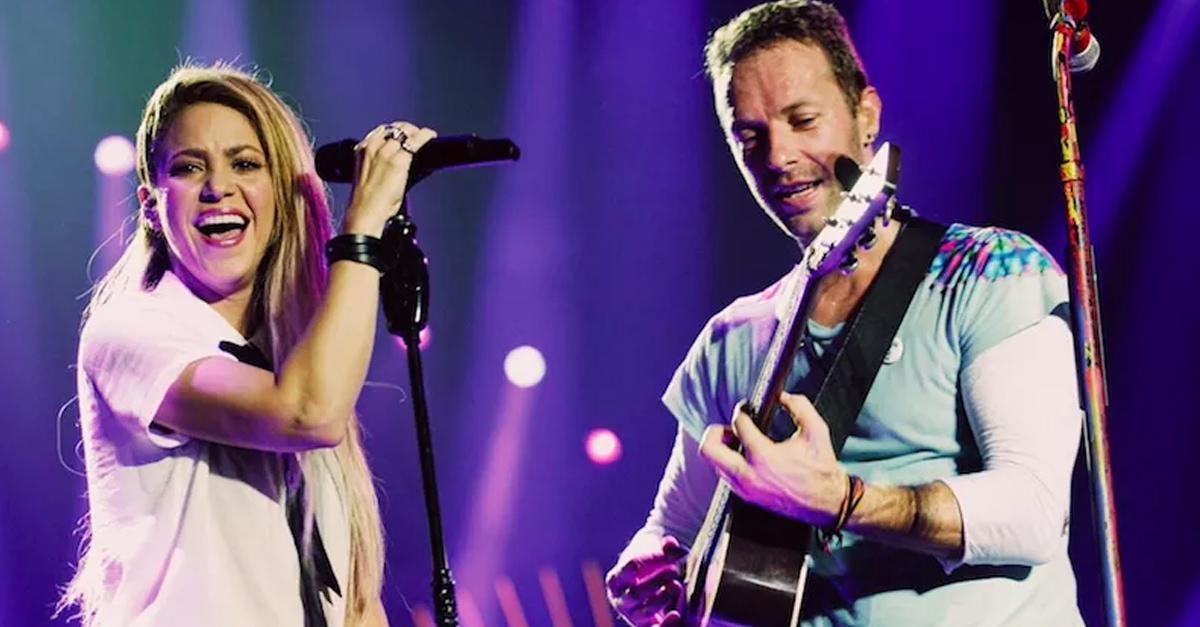 Shakira hace a Chris Martin Cantar en español y de hecho no lo hace mal