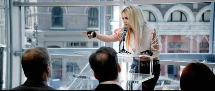 mujer rubia en conferencia de prensa