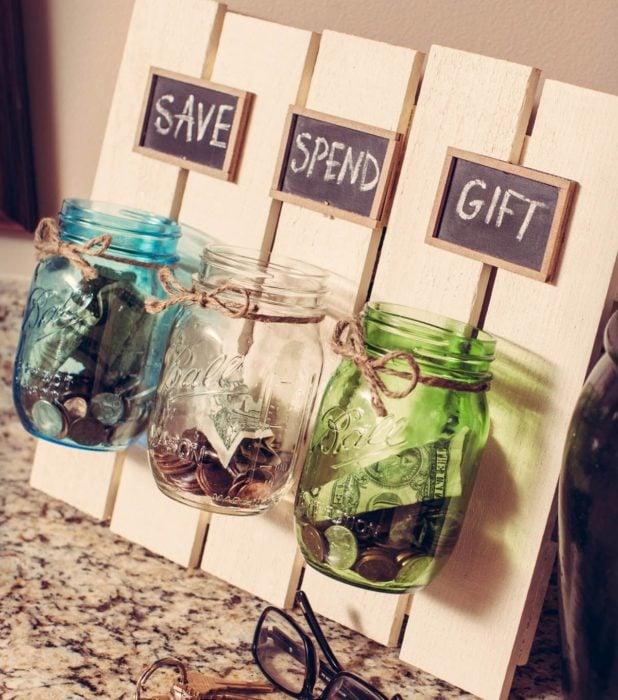 frascos con dinero para ahorrar
