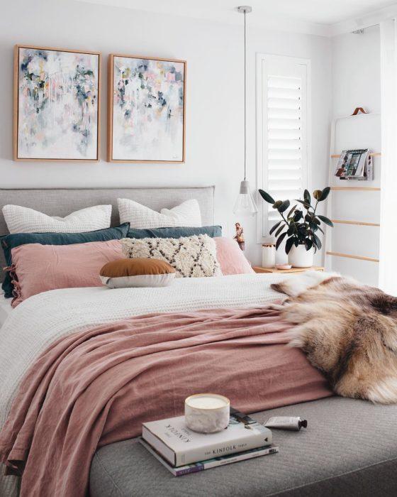 habitación con cama tendida