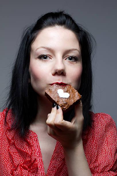 chica comiendo brownies