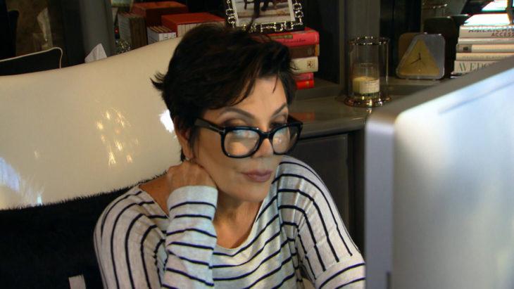 mujer computadora con lentes