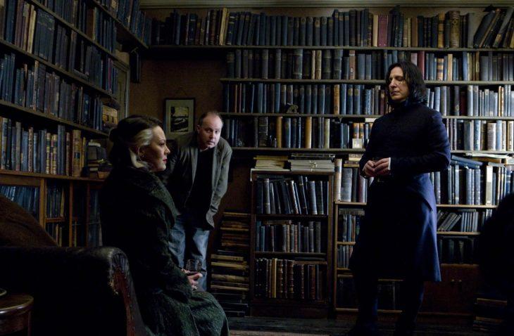 mujer sentada y hombre en libreria