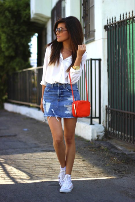 Chica usando minifalda