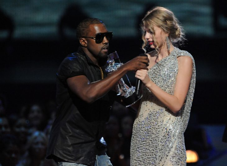 hombre le quita el microfono a mujer