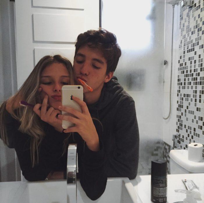 chica rubia con hombre lavándose los dientes