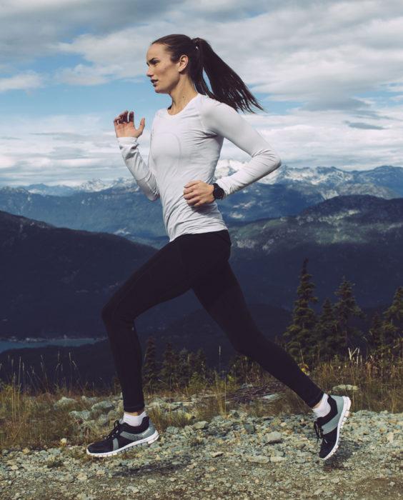 Chica corriendo blusa blanca pantalones negros pechos pequeños