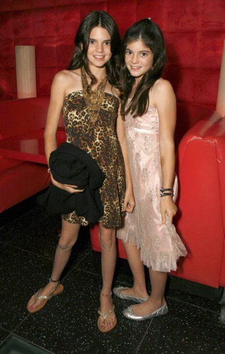 Kylie Jenner a los 10 años vestido rosa