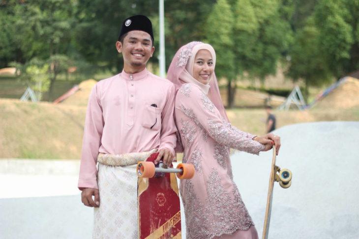 pareja de recien casados con tablas largas