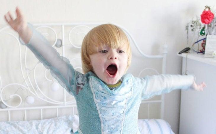Niño princesa elsa feliz