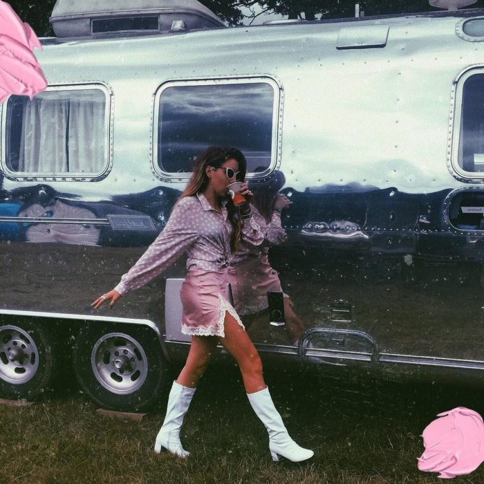 chica con falda rosa en botas blancas