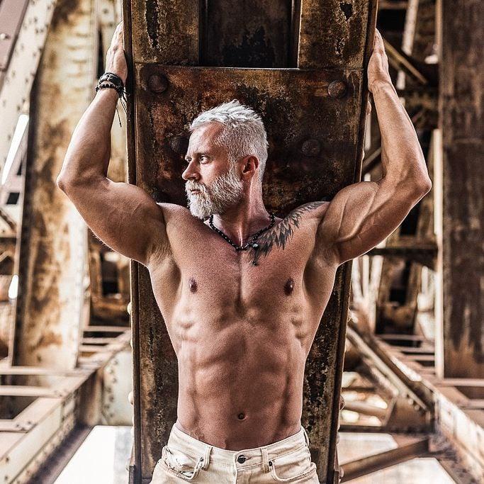 vikingo polaco pawel sin camisa