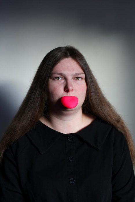 mujer con aparato en su boca y cabello largo