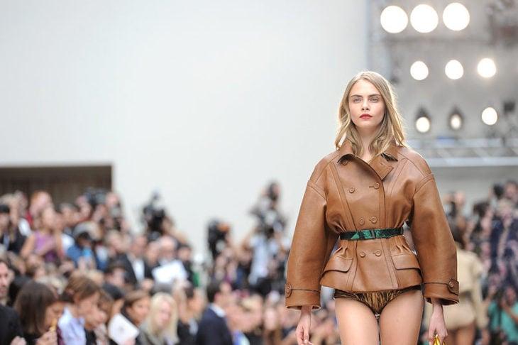 Cara Delevingne en pasarela chaqueta caqui