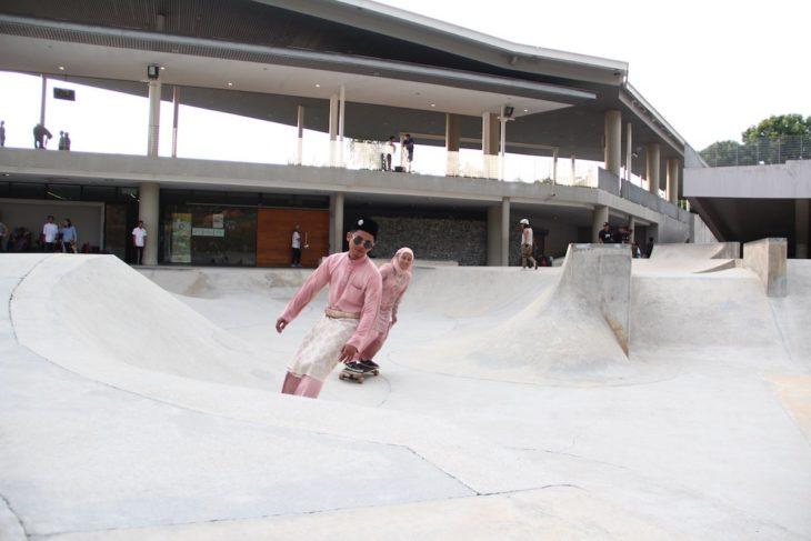 pareja de recien casados patinando