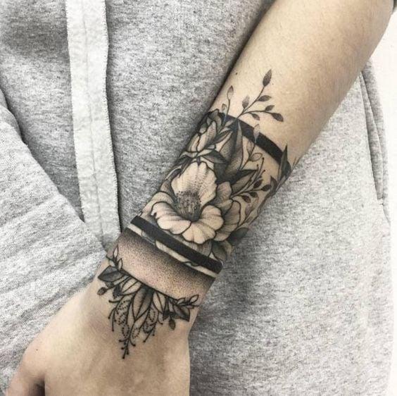 flores en claro oscuro muy detalladas tatuaje