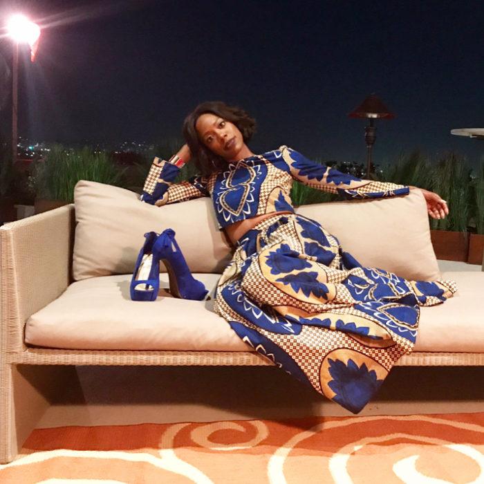 Yvonne Orji vestido crema con azul