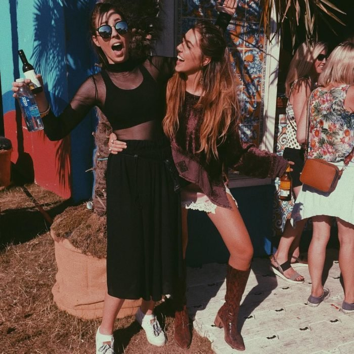 chicas divirtiendose en festival de música